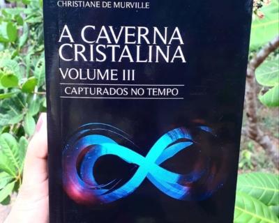 """Resenha do volume 3 """"Capturados no tempo"""" da trilogia """"A Caverna Cristalina"""" no Blog Literário Eureka Mundo."""